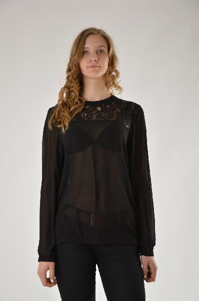 Блуза Brave SoulЖенская одежда<br>Стильная черная блуза от Brave Soul. Основная часть выполнена из тонкой и легкой полупрозрачной ткани и дополнена кружевной кокеткой. Модель свободного кроя. <br>Детали: короткий воротник-стойка; застежка на пуговицу на спинке; манжеты на пуговицах.<br> <br> Материал: 100% - Полиэстер; 100% - Нейлон<br> Длина по спинке: 68 см<br> Длина рукава: 63 см<br>Страна: Великобритания<br><br>Материал: Полиэстер<br>Сезон: МУЛЬТИ<br>Коллекция: Осень-зима<br>Пол: Женский<br>Возраст: Взрослый<br>Размер INT: S