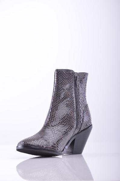 Полусапоги JEFFREY CAMPBELLЖенская обувь<br>Змеиный принт, без аппликаций, одноцветное изделие, молния, скругленный носок, резиновая подошва.<br>Высота каблука: 6 см<br>Страна: США<br><br>Высота каблука: 6 см<br>Объем голени: 26 см<br>Высота голенища / задника: 13 см<br>Материал: Натуральная кожа<br>Сезон: ВЕСНА/ОСЕНЬ<br>Коллекция: Осень-зима<br>Пол: Женский<br>Возраст: Взрослый<br>Цвет: Темно-коричневый<br>Размер RU: 37