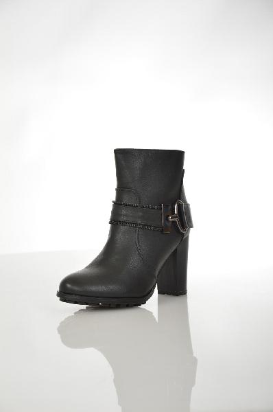 Полусапоги SinlyЖенская обувь<br>Полусапоги Sinly выполнены из искусственной кожи черного цвета. Детали: застежка на молнию с внутренней стороны; декоративный ремешок с пряжкой; байковая внутренняя отделка; толстый каблук; рельефная подошва.<br> <br> Материал верха искусственная кожа<br> Внутренний материал байка<br> Материал стельки байка<br> Материал подошвы искусственный материал<br> Обхват голенища 24 см<br> Высота каблука 9 см<br> Высота 11 см<br> Цвет черный<br> Сезон Демисезон<br> Коллекция Осень-зима<br> Детали обуви декоративные молнии, пряжки<br> Страна: Франция<br><br>Высота каблука: 9 см<br>Объем голени: 24 см<br>Материал: Искусственная кожа<br>Сезон: ВЕСНА/ОСЕНЬ<br>Коллекция: Осень-зима<br>Пол: Женский<br>Возраст: Взрослый<br>Цвет: Черный<br>Размер RU: 37