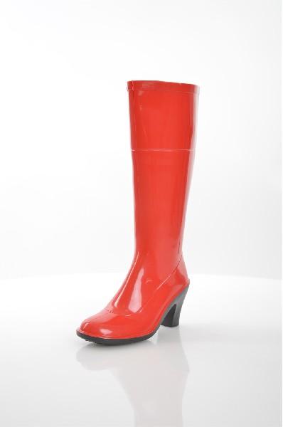 Резиновые сапоги SANDRAЖенская обувь<br>Высокие резиновые сапоги SANDRA решены в насыщенном красном цвете. Детали: текстильная внутренняя отделка, фактурное выделение пяточной и ботиночной части, резиновая подошва с небольшим устойчивым каблуком.<br> <br> Материал верха резина<br> Внутренний материал резина, текстиль<br> Материал стельки текстиль<br> Материал подошвы искусственный материал<br> Высота голенища / задника 33 см<br> Обхват голенища 36 см<br> Высота каблука 8.5 см<br> Тип каблука Стандартный<br> Цвет красный<br> Сезон Демисезон<br> Стиль Повседневный<br> Коллекция Осень-зима<br> Узор Однотонный<br> Страна производства Россия<br><br>Высота каблука: 8.5 см<br>Объем голени: 36 см<br>Высота голенища / задника: 34 см<br>Материал: Резина<br>Сезон: ВЕСНА/ОСЕНЬ<br>Коллекция: Осень-зима<br>Пол: Женский<br>Возраст: Взрослый<br>Цвет: Красный<br>Размер RU: 38
