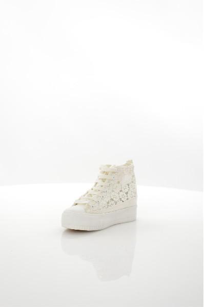 Сникеры BurlesqueЖенская обувь<br>Цвет: белый<br> Состав: текстиль 100%<br> <br> Вид застежки: Шнуровка<br> Фактура материала: Текстильный<br> Материал подошвы обуви: резина<br> Материал стельки: текстиль<br> Вид каблука: без каблука<br> Габариты предметов: Высота платформы: 1 см; Высота подошвы: 1 см<br> Размер: Маломерят<br> <br> Назначение обуви: повседневная<br> Материал подкладки обуви: Без подкладки<br> Сезон: лето<br> Пол: Женский<br> Страна бренда: Россия<br> Страна производитель: Россия<br><br>Высота платформы: 1 см<br>Материал: Текстиль<br>Сезон: ВЕСНА/ОСЕНЬ<br>Коллекция: Весна-лето<br>Пол: Женский<br>Возраст: Взрослый<br>Цвет: Белый<br>Размер RU: 37