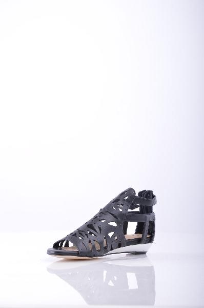 Laceys London СандалииЖенская обувь<br>Стильные закрытые сандалии от Laceys London. Модель выполнена из высококачественного гладкого материала черного цвета и декорирована перфорированным узором по верху. Детали: регулирующиеся ремешки, застежка-молния на заднике, плоская подошва.<br><br>Материал верха    искусственная кожа<br>Внутренний материал    искусственная кожа<br>Материал стельки    искусственная кожа<br>Материал подошвы    искусственный материал<br>Страна: Великобритания<br><br>Высота голенища / задника: 10 см<br>Материал: Искусственная кожа<br>Сезон: ЛЕТО<br>Коллекция: Весна-лето<br>Пол: Женский<br>Возраст: Взрослый<br>Цвет: Черный<br>Размер RU: 38