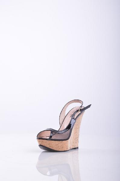 Босоножки, KliminiЖенская обувь<br>Очаровательные босоножки с закругленным открытым мыском. Высокая танкетка подчеркнет стройность и длину Ваших ног. Мягкая стелька оформлена логотипом бренда. Материал подкладки: натуральная кожа.<br>Материал верха    Кожа<br>Материал подкладки    Кожа<br>Форма мыска    Заостренный мысок<br>Вид застежки    Пряжка<br>Форма каблука    Танкетка<br>Особенность материала верха    Лакированный<br>Высота каблука: 14 см.<br>Высота платформы: 3.5 см<br>Страна: Россия<br><br>Высота каблука: 14 см<br>Высота платформы: 3.5 см<br>Материал: Натуральная кожа<br>Сезон: ЛЕТО<br>Коллекция: Весна-лето<br>Пол: Женский<br>Возраст: Взрослый<br>Цвет: Черный<br>Размер RU: 38