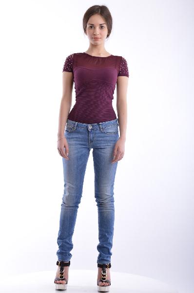 Джинсы GUESSЖенская одежда<br>Состав: хлопок 98%, эластан 2%<br><br>Великолепные джинсы прекрасно подойдут тем, кто предпочитает носить стильную и комфортную одежду. Модель зауженного покроя с традиционной застежкой на молнию и пуговицу. Изделие дополнено карманами различного типа и оформлено декоративными потертостями.<br>Страна: США<br><br>Материал: Хлопок<br>Сезон: МУЛЬТИ<br>Коллекция: Весна-лето<br>Пол: Женский<br>Возраст: Взрослый<br>Модель: ЗАУЖЕННЫЕ<br>Цвет: Синий<br>Размер INT: S