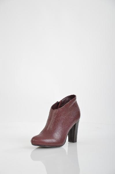 Ботильоны BELWESTЖенская обувь<br>Цвет: бордовый<br> <br> Состав: натуральная кожа<br> <br> Замечательные ботильоны с закругленной формой мыска. Сбоку предусмотрена удобная застежка на молнию. Отличный вариант на каждый день.<br> Высота каблука Высокий, 9.0 см<br> Материал подкладки Байка<br> Вид застежки Молния<br> Высота платформы Низкая, 0.3 см<br> Материал верха Кожа<br> Материал стельки Текстиль<br> Материал подошвы Кожа<br> Голенище Высота голенища, 8.5 см<br> Голенище Обхват голенища, 30.0 см<br> Форма мыска Классический мысок<br> Форма каблука Устойчивый<br> Особенность материала верха Глянцевый<br> Сезон демисезон<br> Пол Женский<br> Страна бренда Беларусь<br> Страна производитель Беларусь<br><br>Высота каблука: 9 см<br>Высота платформы: 0.3 см<br>Объем голени: 30 см<br>Высота голенища / задника: 8,5 см<br>Материал: Натуральная кожа<br>Сезон: ВЕСНА/ОСЕНЬ<br>Коллекция: Весна-лето<br>Пол: Женский<br>Возраст: Взрослый<br>Цвет: Бордовый<br>Размер RU: 38