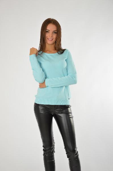 Джемпер Finn FlareЖенская одежда<br>Классический джемпер прямого кроя, изделие решено в голубом цвете. Изделие не имеет дополнительного декора, поэтому вполне может служить основой гардероба. Цвет модели актуален как в холодный, так и в теплый сезон. <br>Цвет: голубой<br> <br> Состав: вискоза 80%,нейлон 20%<br> <br> Вырез горловины Округлый вырез<br> Длина рукава Длинные, 60 см<br> Габариты предметов Длина, 54 см<br> Ширина рукава Пройма, 20.5 см<br> Тип рукава Втачной<br> Покрой Прямой<br> Декоративные элементы Декоративные элементы<br> Сезон демисезон<br> Пол Женский<br> Страна Финляндия<br><br>Материал: Вискоза<br>Сезон: ВЕСНА/ОСЕНЬ<br>Коллекция: Осень-зима<br>Пол: Женский<br>Возраст: Взрослый<br>Цвет: Голубой<br>Размер INT: L