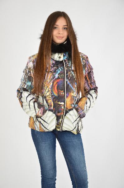 Куртка ETOILE DU MONDEЖенская одежда<br>Модель выполнена из гладкого материала, внутренний наполнитель – синтепон, длина – до середины бедра. Куртка с ярким принтом выгодно сочетается со спортивным стилем в одежде. Детали – опушка по капюшону. Удобная застежка в виде молнии. <br>Материал:<br> Верх ...<br><br>Материал: Полиэстер<br>Сезон: ЗИМА<br>Коллекция: (Справочник &quot;Номенклатура&quot; (Общие)): Осень-зима<br>Пол: Женский<br>Возраст: Взрослый<br>Цвет: Разноцветный<br>Размер INT: L
