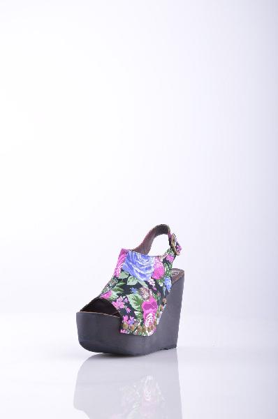 Сандалии JEFFREY CAMPBELLЖенская обувь<br>Плотная ткань, без аппликаций, цветочный рисунок, пряжка, квадратный носок, резиновая подошва. <br> Высота каблука: 12 см. <br> Высота платформы: 5 см <br>Страна: США<br><br>Высота каблука: 12 см<br>Высота платформы: 5 см<br>Материал: Текстильное волокно<br>Сезон: ЛЕТО<br>Коллекция: Весна-лето<br>Пол: Женский<br>Возраст: Взрослый<br>Цвет: Разноцветный<br>Размер RU: 37