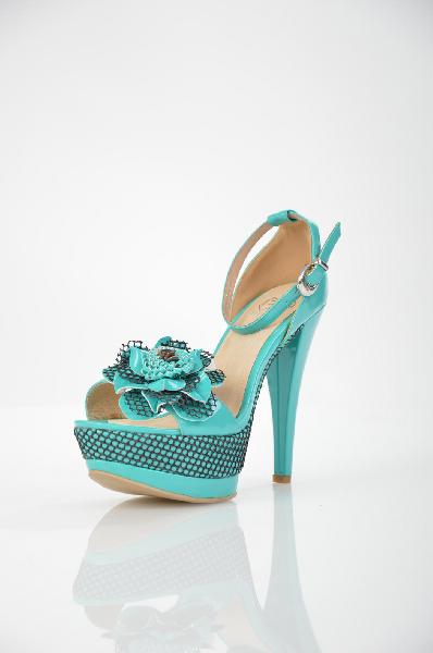 Босоножки BetsyЖенская обувь<br>Цвет: бирюзовый<br> <br> Состав: искусственная кожа<br> <br> Превосходные босоножки на высоком каблуке. Изделие декорировано очаровательным цветком. Имеется ремешок с маленькой пряжкой. Прекрасный вариант для создания яркого и дерзкого образа.<br> Высота каблука Высокий, 13.5 см<br> Высота платформы Cредняя, 4.5 см<br> Материал верха Искусственная кожа<br> Материал стельки Кожа<br> Материал подошвы Искусственный материал<br> Материал подкладки Кожа<br> Голенище Высота голенища, 7.0 см<br> Сезон демисезон<br> Пол Женский<br> Страна бренда Соединенное Королевство<br><br>Высота каблука: 13.5 см<br>Высота платформы: 4.5 см<br>Высота голенища / задника: 7 см<br>Материал: Искусственная кожа<br>Сезон: ЛЕТО<br>Коллекция: Весна-лето<br>Пол: Женский<br>Возраст: Взрослый<br>Цвет: Бирюзовый<br>Размер RU: 38