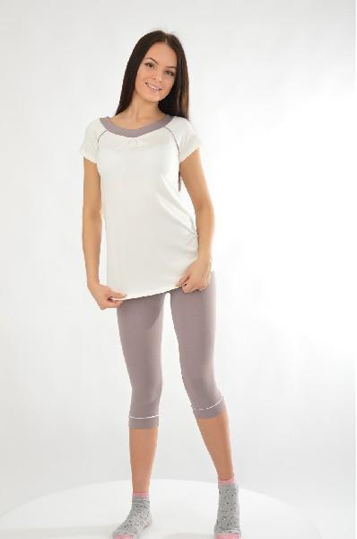 Пижама NicClubЖенская одежда<br>Пижама, состоящая из туники и бридж. Модель выполнена в контрастных сочетаниях. Туника с округлым вырезом горловины и короткими рукавами. На поясе - завязки. Бриджи прямого кроя. Длина по спинке туники ок. 65 см.<br> <br> Цвет: серо-коричневый, молочный<br> <br> Состав: эластан 6%, вискоза 94%<br> <br> Вид рукава Короткие: 20.0 см<br> Габариты предметов Длина: 73.0 см<br> Брюки (шорты) Ширина брючин: 17.0 см; Высота посадки: 25.0 см; Длина по внутреннему шву: 52.0 см<br> Сезон круглогодичный<br> Пол Женский<br> Стиль Домашняя одежда<br> Страна бренда Испания<br> Страна производитель Испания<br><br>Материал: Вискоза<br>Сезон: МУЛЬТИ<br>Коллекция: Весна-лето<br>Пол: Женский<br>Возраст: Взрослый<br>Цвет: Разноцветный<br>Размер INT: S