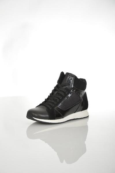 Кроссовки AldoЖенская обувь<br>Кроссовки Aldo выполнены из комбинации искусственной и натуральной кожи черного цвета. Детали: шнуровка, внутренняя текстильная отделка, декоративные молнии, толстая подошва.<br> <br> Цвет черный<br> Сезон Демисезон<br> Коллекция Осень-зима<br> Детали обуви декоративные молнии, лакированные<br> Материал верха искусственная кожа, искусственная лаковая кожа, натуральная кожа, натуральный велюр<br> Внутренний материал текстиль<br> Материал стельки текстиль<br> Материал подошвы резина<br> Страна: Канада<br><br>Материал: Искусственная кожа<br>Сезон: ВЕСНА/ОСЕНЬ<br>Коллекция: Осень-зима<br>Пол: Женский<br>Возраст: Взрослый<br>Цвет: Черный<br>Размер RU: 37.5