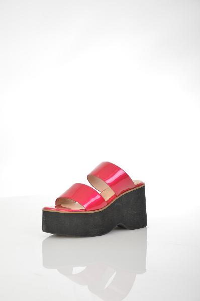 Сабо TopshopЖенская обувь<br>Женские сабо Topshop ярко-розового цвета, выполнены из искусственной лаковой кожи. Детали: внутренняя отделка и стелька из натуральной кожи.<br> <br> Материал верха искусственная лаковая кожа<br> Внутренний материал натуральная кожа<br> Материал стельки натуральная кожа<br> Материал подошвы искусственный материал<br> Высота каблука 9.5 см<br> Высота платформы 5 см<br> Цвет розовый<br> Сезон Лето<br> Коллекция Весна-лето<br> Детали обуви лакированные<br> Страна: Великобритания<br><br>Высота каблука: 9.5 см<br>Высота платформы: 5 см<br>Материал: Искусственная кожа<br>Сезон: ЛЕТО<br>Коллекция: Весна-лето<br>Пол: Женский<br>Возраст: Взрослый<br>Цвет: Розовый<br>Размер RU: 38