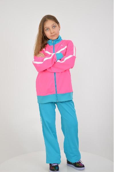 Костюм спортивный T40 T WARM UP YTH NikeОдежда для девочек<br>Спортивный костюм Nike состоит из розовой олимпийка и голубых брюк, выполненных из быстросохнущего материала с флисовой отделкой внутри. Детали: олимпийка прямого кроя, застежка на молнию, боковые карманы. Брюки прямого кроя, широкая резинка на талии, без карманов.<br> <br> Состав Полиэстер - 100%<br> Длина 57 см<br> Длина рукава 56 см<br> Длина по боковому шву 89 см<br> Длина по внутреннему шву 71 см<br> Цвет розовый<br> Сезон Мульти<br> Коллекция Весна-лето<br> Ширина по низу 20 см<br> Страна: Германия<br><br>Материал: Полиэстер<br>Сезон: МУЛЬТИ<br>Коллекция: Весна-лето<br>Пол: Женский<br>Возраст: Детский<br>Цвет: Разноцветный<br>Размер Height: 164