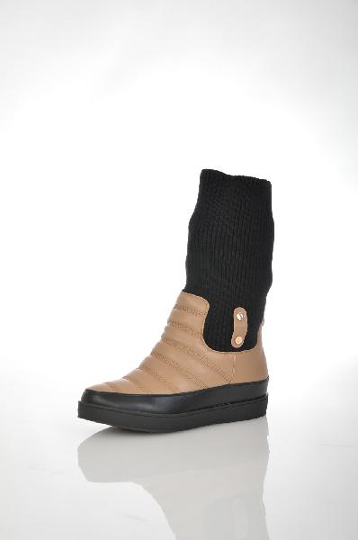 Полусапоги VitacciЖенская обувь<br>Полусапоги от Vitacci выполнены из искусственной кожи бежевого цвета. Детали: круглый мыс, внутренняя отделка и стелька из искусственного меха, черное трикотажное голенище подворачивается, плоская резиновая подошва.<br> <br> Материал верха искусственная кожа, текстиль<br> Внутренний материал искусственный мех, текстиль<br> Материал стельки искусственный мех<br> Материал подошвы резина<br> Высота 28 см<br> Цвет бежевый, черный<br> Сезон Демисезон<br> Коллекция Осень-зима<br><br>Материал: Искусственная кожа<br>Сезон: ВЕСНА/ОСЕНЬ<br>Коллекция: Осень-зима<br>Пол: Женский<br>Возраст: Взрослый<br>Цвет: Черный<br>Размер RU: 37