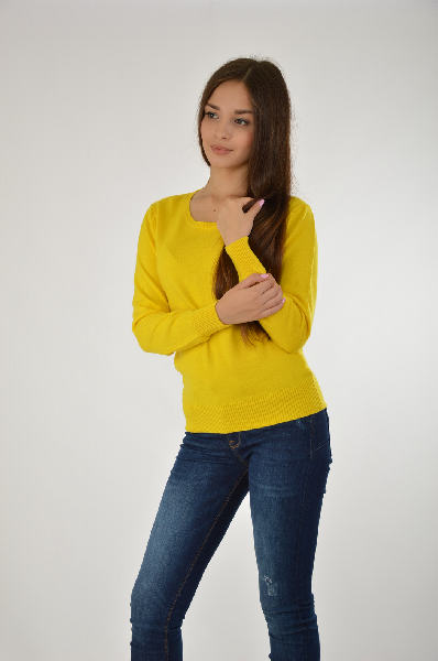 ПуловерЖенская одежда<br>Пуловер в насыщенно желтом цвете с U-образным неглубоким вырезом из приятного к телу материала. Изделие имеет классический крой. Отлично сочетается с синими джинсами.<br><br>Материал: 100% Вискоза <br>Страна: Россия<br><br>Материал: Вискоза<br>Сезон: МУЛЬТИ<br>Коллекция: Весна-лето<br>Пол: Женский<br>Возраст: Взрослый<br>Цвет: Желтый<br>Размер INT: M