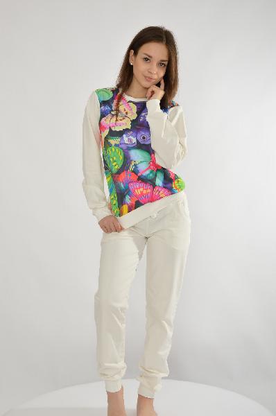Костюм спортивный Grand StyleЖенская одежда<br>Спортивный костюм молочного оттенка от Grand Style изготовлен из натурального толстовочного текстиля. Детали: свитшот свободного кроя, с эластичными резинками по канту и ярким принтом с изображением бабочек; брюки зауженного силуэта, с мягкими резинками на манжетах и поясе, кулиской на талии, двумя боковыми карманами.<br> <br> Состав Хлопок - 90%, Вискоза - 10%<br> Длина 54 см<br> Длина рукава 59 см<br> Длина по боковому шву 96 см<br> Длина по внутреннему шву 74 см<br> Цвет молочный<br> Страна Россия<br> Сезон Мульти<br> Коллекция Весна-лето<br><br>Материал: Хлопок<br>Сезон: МУЛЬТИ<br>Коллекция: Весна-лето<br>Пол: Женский<br>Возраст: Взрослый<br>Цвет: Белый<br>Размер INT: XL