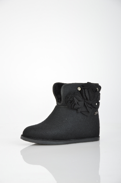 Валенки ELCHEЖенская обувь<br>Цвет: черный<br> <br> Состав: фетр<br> <br> Стильные валенки на удобной платформе. Форма мыска закругленная. Изюминкой изделия служит восхитительный декор сбоку в виде цветка и страз. Женственные, оригинальные валенки, которые понравятся Вам. Подкладка модели шерстяная. Высота каблука ок. 4 см. Высота платформы ок. 1,5 см. Высота изделия ок. 14,5 см. Объем голенища ок. 37 см.<br> <br> Декоративные элементы: Цветы<br> Материал подкладки: Шерсть<br> Высота платформы: Низкая<br> Высота: Средние<br> Форма мыска: Закругленный мысок<br> Декоративные элементы: Стразы<br> Сезон: зима<br> Пол: Женский<br> Страна: Испания<br><br>Высота каблука: 4 см<br>Высота платформы: 1.5 см<br>Объем голени: 37 см<br>Материал: Фетр<br>Сезон: ЗИМА<br>Коллекция: Осень-зима<br>Пол: Женский<br>Возраст: Взрослый<br>Цвет: Черный<br>Размер RU: 37