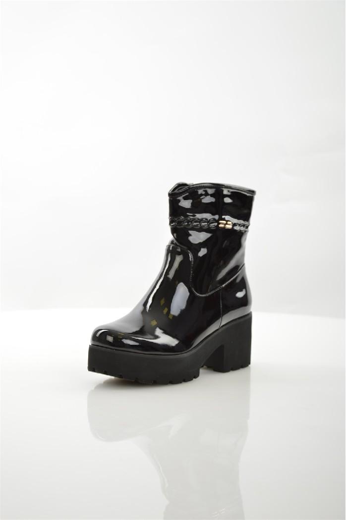 Ботинки ITEMBLACKЖенская обувь<br>Цвет: черный<br> Материал верха: кожа искусственная лакированная<br> Материал подкладки: кожа искусственная<br> Материал стельки: кожа искусственная<br> Материал подошвы: искусственный материал, рифленая<br> Высота голенища: 15 см<br> Высота каблука: 7,5 см<br> Цвет и обтяжка каблука: чёрный, не обтянут<br> Местоположение логотипа: стелька<br> Уход за изделием: протирать губкой<br> Сезон: Демисезон<br> <br> Страна дизайна: Италия<br><br>Высота каблука: 7.5 см<br>Высота голенища / задника: 15 см<br>Материал: Искусственная кожа<br>Сезон: ВЕСНА/ОСЕНЬ<br>Коллекция: Осень-зима<br>Пол: Женский<br>Возраст: Взрослый<br>Цвет: Черный<br>Размер RU: 38
