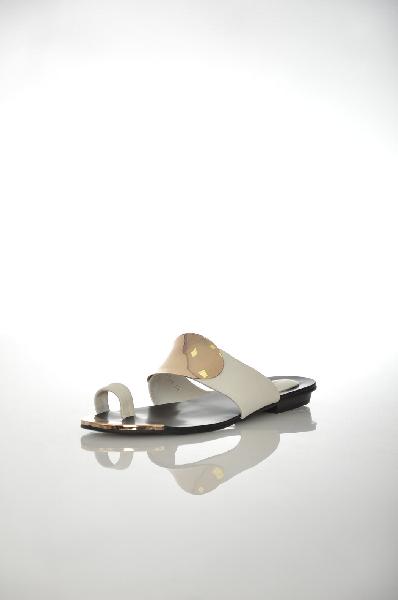 Пантолеты VitacciЖенская обувь<br>Цвет: белый, золотистый<br> <br> Состав: натуральная кожа<br> <br> Элегантные пантолеты на маленьком каблучке. Изделие выполнено из натуральной кожи. Стильный и комфортный вариант на каждый день.<br> <br> Высота каблука Маленький, 2.0 см<br> Высота платформы Низкая, 0...<br><br>Высота каблука: 2 см<br>Высота платформы: 0.5 см<br>Материал: Натуральная кожа<br>Сезон: ЛЕТО<br>Коллекция: (Справочник &quot;Номенклатура&quot; (Общие)): Весна-лето<br>Пол: Женский<br>Возраст: Взрослый<br>Цвет: Белый<br>Размер RU: 37