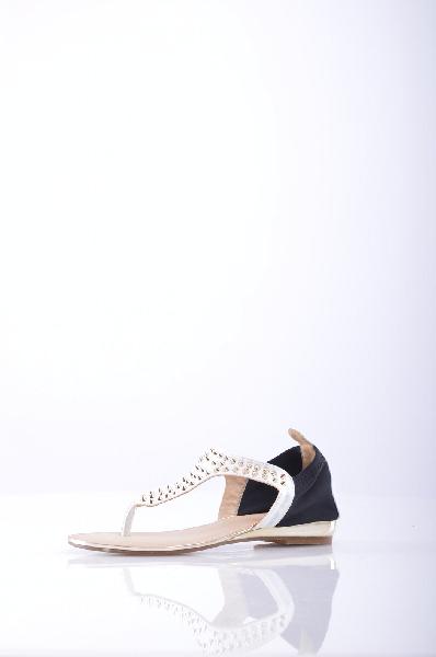 Betsy СандалииЖенская обувь<br>Легкие сандалии от Betsy. Верх модели белого цвета выполнен из искусственной кожи и текстиля черного цвета. Детали: удобная плоская подошва, декор в виде шипов.<br><br>Материал верха    искусственная кожа, текстиль<br>Внутренний материал    искусственная кожа<br>Материал стельки    искусственная кожа<br>Материал подошвы    искусственный материал<br>Высота голенища / задника: 7 см<br>Страна: Великобритания<br><br>Высота голенища / задника: 7 см<br>Материал: Искусственная кожа<br>Сезон: ЛЕТО<br>Коллекция: Весна-лето<br>Пол: Женский<br>Возраст: Взрослый<br>Цвет: Белый<br>Размер RU: 37