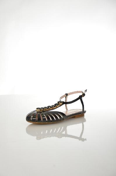 Сандалии Grand StyleЖенская обувь<br>Стильные сандалии Grand Style выполнены из натуральной лакированной кожи черного цвета, стелька - из натуральной кожи. Детали: тонкий ремешок вокруг лодыжки, носочная часть декорирована сверкающими кристаллами в тон.<br> Цвет черный<br> Сезон Лето<br> Коллекция Весна-лето<br> Детали обуви камни/стразы<br> Материал верха натуральная лаковая кожа<br> Внутренний материал искусственная кожа<br> Материал стельки натуральная кожа<br> Материал подошвы резина<br> Страна: Россия<br><br>Высота каблука: Без каблука<br>Материал: Натуральная кожа<br>Сезон: ЛЕТО<br>Коллекция: Весна-лето<br>Пол: Женский<br>Возраст: Взрослый<br>Цвет: Черный<br>Размер RU: 38