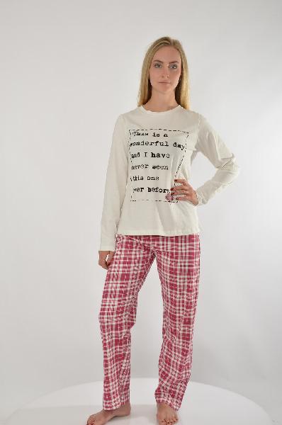 Пижама VENCAЖенская одежда<br>Футболка с принтом-надписью<br> Круглый вырез, рукава 3/4<br> Пижама. Молодежная испанская марка VENCA представляет женскую пижаму, которая непременно придется по душе романтичным натурам! Верх в виде футболки с длинными рукавами украшен причудливым принтом в виде стежков, сердца и надписи - неординарно! Длинные брюки с удобным эластичным поясом на кулиске декорированы стильным рисунком в клетку, который навевает ощущение тепла и уюта и эффектно контрастирует с однотонным верхом. Мягкий чистый хлопок создает оптимальный комфорт. Длина брючин с внутренней стороны ок. 76 см, ширина брючин внизу ок. 20 см. Женская пижама от VENCA - для модных сонь!<br> <br> Материал: 100% хлопок<br><br> Страна: Испания<br><br>Материал: Хлопок<br>Сезон: МУЛЬТИ<br>Коллекция: Весна-лето<br>Пол: Женский<br>Возраст: Взрослый<br>Цвет: Белый<br>Размер INT: M