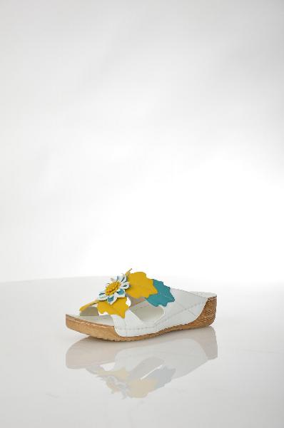 Сабо AvenirЖенская обувь<br>Оригинальные женские сабо Avenir из искусственной белоснежной кожи, декорированы объемным двухцветным цветком на подъеме. Детали: внутренняя отделка и стелька из искусственной кожи, резиновая подошва.<br> <br> Материал верха искусственная кожа<br> Внутренний материал искусственная кожа<br> Материал стельки искусственная кожа<br> Материал подошвы резина<br> Высота каблука 4.5 см<br> Цвет белый<br> Сезон Лето<br> Коллекция Весна-лето<br> Детали обуви 3D текстура<br> Страна: Россия<br><br>Высота каблука: 4.5 см<br>Материал: Искусственная кожа<br>Сезон: ЛЕТО<br>Коллекция: Весна-лето<br>Пол: Женский<br>Возраст: Взрослый<br>Цвет: Белый<br>Размер RU: 38
