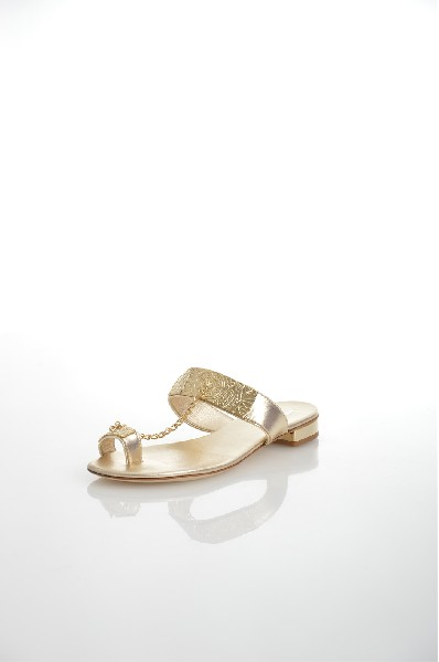 Сандалии BaldininiЖенская обувь<br>Летние сандалии в золотых оттенках из натуральной кожи. Металлический декор в виде цепочки соединяет перемычки на изделии. Модель подойдет для носки в жаркие дни, особенно актуальна на отдыхе. <br> Цвет: платина<br> <br> Материал верха: кожа<br> Материал подкладки: кожа<br> Материал стельки: кожа<br> Материал подошвы: кожа<br> <br> Описание: модель украшена металлическим декором<br> Высота каблука: 2 см<br> <br> Страна дизайна: Италия<br> Страна производства: Италия<br><br>Высота каблука: 2 см<br>Материал: Натуральная кожа<br>Сезон: ЛЕТО<br>Коллекция: Весна-лето<br>Пол: Женский<br>Возраст: Взрослый<br>Цвет: Платиновый<br>Размер RU: 37
