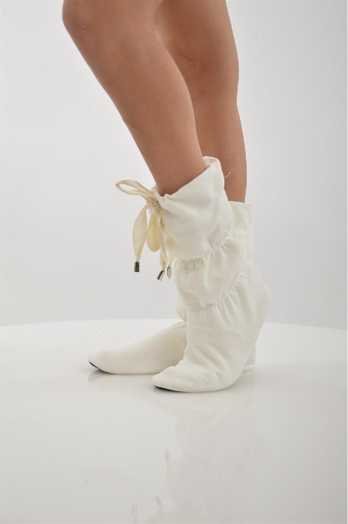 Сапожки домашние CLEOЖенская обувь<br>Цвет: молочный<br> Состав: хлопок 100%<br> <br> Вид застежки: Завязки<br> Материал подошвы обуви: полимер<br> Материал стельки: искусственный материал<br> Материал подкладки обуви: Флис<br> Вид каблука: без каблука<br> Форма мыска: круглый<br> Назначение обуви: для дома<br> Вид мыска: закрытый<br> Сезон: демисезон<br> Пол: Женский<br> Страна бренда: Россия<br> Страна производитель: Россия<br><br>Высота платформы: 0.5 см<br>Материал: Хлопок<br>Сезон: МУЛЬТИ<br>Коллекция: Осень-зима<br>Пол: Женский<br>Возраст: Взрослый<br>Цвет: Слоновая кость<br>Размер RU: 38/39
