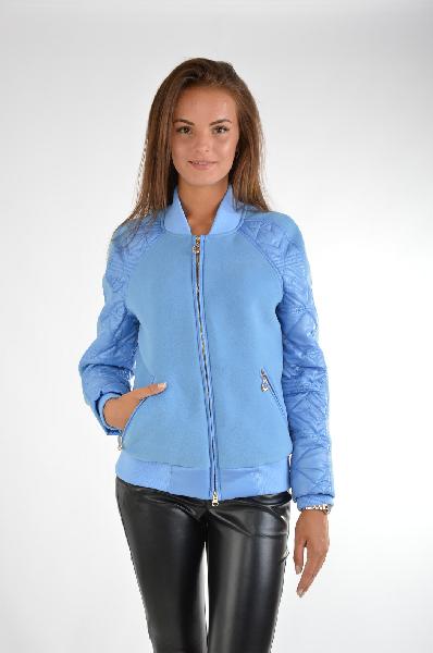 Куртка утепленная Grand StyleЖенская одежда<br>Куртка от Grand Style выполнена в голубом цвете из полушерстяного пальтового текстиля и стеганой болоньевой ткани. Модель прямого кроя. Детали: трикотажный воротник-стойка; застежка на молнию; длинные рукава реглан с тонким утеплителем; эластичные трикотажные внутренние манжеты и нижняя часть; два внешних кармана на молнии; тонкая гладкая подкладка.<br> <br> Состав Шерсть - 60%, Полиэстер - 30%, Вискоза - 10%<br> Материал подкладки Полиэстер - 50%, Вискоза - 50%<br> Длина по спинке 60 см<br> Длина рукава 60 см<br> Цвет голубой<br> Страна Россия<br> Сезон Демисезон<br> Коллекция Весна-лето<br><br>Материал: Шерсть<br>Сезон: ВЕСНА/ОСЕНЬ<br>Коллекция: Весна-лето<br>Пол: Женский<br>Возраст: Взрослый<br>Цвет: Голубой<br>Размер INT: S