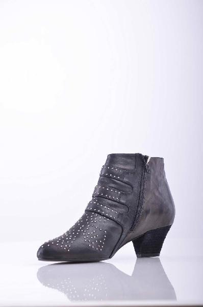 Ботинки JEFFREY CAMPBELLЖенская обувь<br>Описание: Аппликации из металла, одноцветное изделие, молния, узкий носок, внутри на подкладке, резиновая подошва, ручная работа. <br><br> Высота каблука: 4.5 см <br><br><br> Страна: США<br><br>Высота каблука: 4.5 см<br>Объем голени: 26 см<br>Высота голенища / задника: 9.5 см<br>Материал: Натуральная кожа<br>Сезон: ВЕСНА/ОСЕНЬ<br>Коллекция: Осень-зима<br>Пол: Женский<br>Возраст: Взрослый<br>Цвет: Темно-серый<br>Размер RU: 37