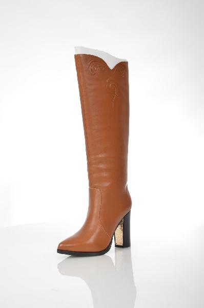 Сапоги VitacciЖенская обувь<br>Цвет: рыжий<br> <br> Состав: натуральная кожа<br> <br> Стильные сапоги, элегантного лаконичного дизайна. Сбоку предусмотрена удобная застежка на молнию. Отличный вариант на каждый день. Материал подкладки: натуральный мех евро; Материал подошвы: ТПУ.<br> <br> Высота каблука Высокий, 10.0 см<br> Вид застежки Молния<br> Высота платформы Низкая, 0.5 см<br> Материал верха Кожа<br> Материал подошвы Искусственный материал<br> Форма мыска Заостренный мысок<br> Голенище Высота голенища, 38.0 см<br> Голенище Обхват голенища, 36.5 см<br> Материал стельки Мех<br> Материал подкладки Евромех<br> Форма каблука Толстый<br> Особенность материала верха Матовый<br> Декоративные элементы Декоративные элементы<br> Сезон зима<br> Пол Женский<br> Страна Россия<br><br>Высота каблука: 10 см<br>Высота платформы: 0.5 см<br>Объем голени: 36.5 см<br>Высота голенища / задника: 38 см<br>Материал: Натуральная кожа<br>Сезон: ЗИМА<br>Коллекция: Осень-зима<br>Пол: Женский<br>Возраст: Взрослый<br>Цвет: Коричневый<br>Размер RU: 37