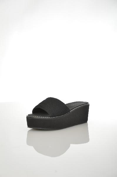 Сабо AldoЖенская обувь<br>Сабо черного цвета от Aldo. Модель выполнена из текстильного материала и дополнена контрастной строчкой на подошве. Детали: внутренняя отделка и стелька из текстиля, высокая обтянутая платформа, резиновая подошва.<br> Цвет черный<br> Сезон Лето<br> Коллекция Весна-лето<br> Детали обуви контрастная отстрочка<br> Материал верха текстиль<br> Внутренний материал текстиль<br> Материал стельки текстиль<br> Материал подошвы резина<br> Высота каблука 6 см<br> Высота платформы 4 см<br> Страна: Канада<br><br>Высота каблука: 6 см<br>Высота платформы: 4 см<br>Материал: Текстиль<br>Сезон: ЛЕТО<br>Коллекция: Весна-лето<br>Пол: Женский<br>Возраст: Взрослый<br>Цвет: Черный<br>Размер RU: 38