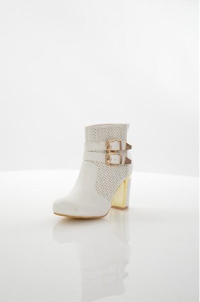 Ботильоны TulipanoЖенская обувь<br>Ботильоны Tulipano выполнены из искусственной кожи с декоративными вырезами. Модель с круглым мысом застегивается на молнию на заднике. Детали: текстильная подкладка, стелька из искусственной кожи, высокий толстый каблук, декоративные пряжки.<br> <br> Материал верха искусственная кожа<br> Внутренний материал текстиль<br> Материал стельки искусственная кожа<br> Материал подошвы искусственный материал<br> Высота голенища / задника 10 см<br> Обхват голенища 22 см<br> Высота каблука 9 см<br> Застежка на молнии<br> Цвет белый<br> Сезон Демисезон, Лето<br> Стиль Повседневный<br> Коллекция Весна-лето<br> Детали обуви вырезы на обуви<br> Узор Однотонный<br> Высота каблука Высокий<br> Тип ботинок Классические<br> Страна: Италия<br><br>Высота каблука: 9 см<br>Объем голени: 22 см<br>Высота голенища / задника: 10 см<br>Материал: Искусственная кожа<br>Сезон: ВЕСНА/ОСЕНЬ<br>Коллекция: Весна-лето<br>Пол: Женский<br>Возраст: Взрослый<br>Цвет: Белый<br>Размер RU: 38