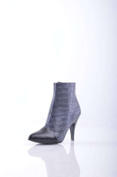 Полусапоги JEFFREY CAMPBELLЖенская обувь<br>Кожа с принтами, крокодиловый принт, без аппликаций, одноцветное изделие, молния, узкий носок, резиновая подошва, шпилька.<br>Высота каблука: 9 см<br>Объём голени: 27 см<br>Высота голенища / задника: 10 см<br>Страна: США<br><br>Высота каблука: 9 см<br>Объем голени: 27 см<br>Высота голенища / задника: 10 см<br>Материал: Натуральная кожа<br>Сезон: ВЕСНА/ОСЕНЬ<br>Коллекция: (Справочник &quot;Номенклатура&quot; (Общие)): Осень-зима<br>Пол: Женский<br>Возраст: Взрослый<br>Цвет: Черный<br>Размер RU: 38