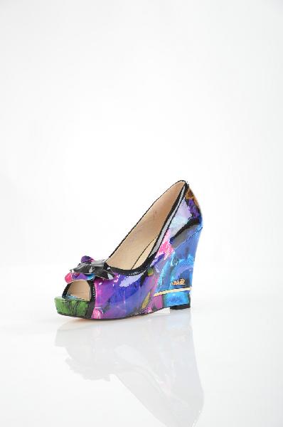 Туфли SummergirlЖенская обувь<br>Цвет: сине-цветной<br> Материал верха: искусственный лакированный материал<br> Материал подкладки: натуральная кожа<br> Материал стельки: натуральная кожа<br> Материал подошвы: тунит, гладкая<br> Параметры изделия для размера 38/38: толщина скрытой платформы 2,5 см, ширина носка стельки 7,5 см, длина стельки 24,5 см<br> Высота каблука: 11,5 см (танкетка)<br> Цвет и обтяжка каблука: цветной, цветной эко лак<br> Местоположение логотипа: стелька<br> Уход за изделием: протирать губкой<br> Страна: Италия<br> Товар сертифицирован.<br><br>Высота каблука: 11.5 см<br>Материал: Искусственный материал<br>Сезон: ЛЕТО<br>Коллекция: Весна-лето<br>Пол: Женский<br>Возраст: Взрослый<br>Цвет: Разноцветный<br>Размер RU: 38