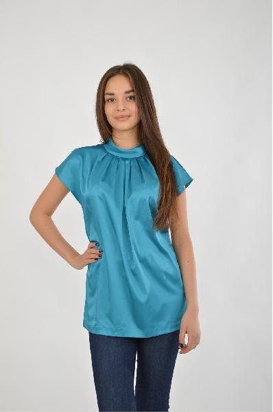 Блузка Vittoria VicciЖенская одежда<br>Блузка прямая, длиной до середины бедра из шелковистовой атласной ткани. На полочке неглубокие складки из горловины. Без рукава со спущенной проймой. Воротник хомут. Застежка сзади в среднем шве спинки на 3 петли и 3 пуговицы.<br> <br> Цвет: синий<br>Состав: вискоза 30%,полиэстер 70%<br> <br><br>Длина изделия по спинке: 64 см<br> Рукав длина: 10 см<br> Сезон: демисезон<br><br> Страна бренда: Италия<br><br>Материал: Полиэстер<br>Сезон: ВЕСНА/ОСЕНЬ<br>Коллекция: Весна-лето<br>Пол: Женский<br>Возраст: Взрослый<br>Цвет: Синий<br>Размер INT: S