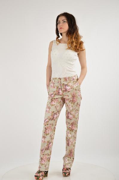 Брюки Vivance CollectionЖенская одежда<br>С романтичным принтом в виде роз.<br> Узкий покрой с наклонными втачными карманами и шлёвками для ремня. Длина по внутреннему шву: Н-разм. ок. 79 см, М-разм. ок. 74 см. Ширина по нижнему краю ок. 35 см. Без ремня.<br> <br>Материал: 65 % хлопок, 31 % полиэстер, 4 % эластан<br>Страна: Германия<br><br>Материал: Хлопок<br>Сезон: ЛЕТО<br>Коллекция: Весна-лето<br>Пол: Женский<br>Возраст: Взрослый<br>Модель: КЛАССИЧЕСКИЕ<br>Цвет: Разноцветный<br>Размер INT: M