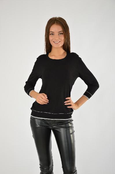 Джемпер SELAЖенская одежда<br>Джемпер черного цвета с контрастными белыми полосками. Базовая модель для повседневной носки. Хорошо сочетается как с брюками и джинсами, так и юбками любого фасона.<br>Цвет: черный<br> <br> Состав: вискоза 83%,нейлон 17%<br> <br> Длина изделия по спинке, 54 см<br> Р...<br><br>Материал: Вискоза<br>Сезон: ВЕСНА/ОСЕНЬ<br>Коллекция: (Справочник &quot;Номенклатура&quot; (Общие)): Осень-зима<br>Пол: Женский<br>Возраст: Взрослый<br>Цвет: Черный<br>Размер INT: L