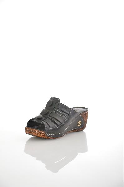 Сабо METROPOLPOLISЖенская обувь<br>Цвет: черный<br> Состав: натуральная кожа<br> <br> Декоративные элементы: пуговицы<br> Высота платформы: Cредняя: 2 см<br> Материал верха: Кожа<br> Материал стельки: Искусственная кожа<br> Форма мыска: Закругленный мысок<br> Материал подошвы: Полиуретан<br> Вид застежки: Б...<br><br>Высота каблука: 5 см<br>Высота платформы: 2 см<br>Материал: Натуральная кожа<br>Сезон: ЛЕТО<br>Коллекция: (Справочник &quot;Номенклатура&quot; (Общие)): Весна-лето<br>Пол: Женский<br>Возраст: Взрослый<br>Цвет: Черный<br>Размер RU: 37