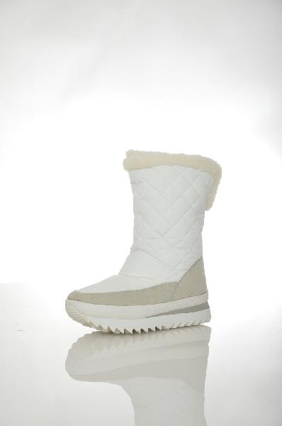 Полусапоги DuttoЖенская обувь<br>Зимние сапоги в белоснежном цвете из плотного непромокаемого материала. Изделие имеет толстую подошву, позволяющую носить обувь даже в самый сильный снегопад. Детали: стежка по голенищу, искусственный мех, комбинированные материалы отделки, застежки отсут...<br><br>Материал: Текстиль<br>Сезон: ЗИМА<br>Коллекция: (Справочник &quot;Номенклатура&quot; (Общие)): Осень-зима<br>Пол: Женский<br>Возраст: Взрослый<br>Цвет: Белый<br>Размер RU: 36