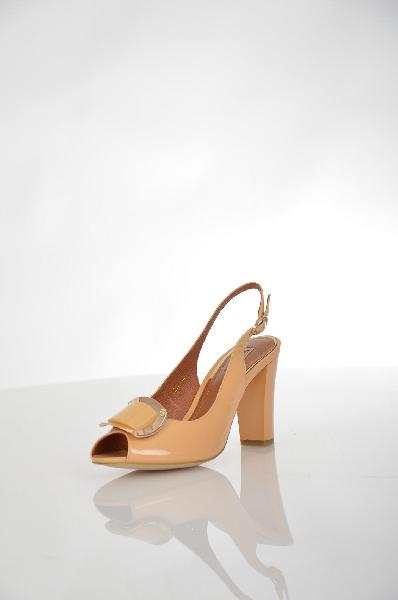 Босоножки VitacciЖенская обувь<br>Элегантные женские босоножки на каблуке от Vitacci. Модель бежевого цвета из натуральной лаковой кожи украшенная золотистым металлическим элементом на носке. Детали: внутренняя отделка и стелька из натуральной кожи, застежка на пряжку, высокий обтянутый каблук, подошва из тунита.<br> <br> Материал верха натуральная лаковая кожа<br> Внутренний материал натуральная кожа<br> Материал стельки натуральная кожа<br> Материал подошвы резина<br> Высота каблука 9 см<br> Высота 6 см<br> Цвет бежевый<br> Сезон Лето<br> Коллекция Весна-лето<br> Детали обуви 3D текстура, лакированные, металл<br> Страна: Россия<br><br>Высота каблука: 9 см<br>Материал: Натуральная кожа<br>Сезон: ЛЕТО<br>Коллекция: Весна-лето<br>Пол: Женский<br>Возраст: Взрослый<br>Цвет: Коричневый<br>Размер RU: 38