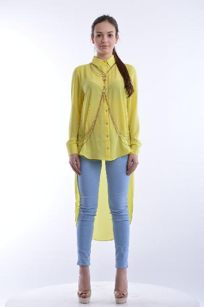 Блуза River IslandЖенская одежда<br>Яркая блуза River Island выполнена из легкого шифонового материала желтого цвета, без подкладки. <br><br>Детали: прямой крой, застежка на золотистые пуговицы, отложной воротник, асимметричный низ, в комплекте съемное колье из цепочек с различными вариантами ношения.<br><br>Состав: 100% - Полиэстер <br>Длина по спинке: 115 см <br>Длина рукава:  58 см <br>Страна: Великобритания<br><br>Материал: Полиэстер<br>Сезон: МУЛЬТИ<br>Коллекция: Весна-лето<br>Пол: Женский<br>Возраст: Взрослый<br>Цвет: Желтый<br>Размер INT: S