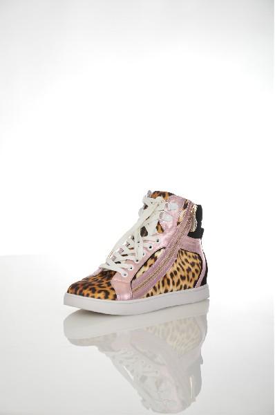 Кеды Just CavalliЖенская обувь<br>Ультрамодные кеды Just Cavalli выполнены из натуральной кожи перламутрового розового цвета и черного велюра, текстильная подкладка и стелька. Особенности: удобная шнуровка, текстильные вставки с леопардовым принтом, сбоку декоративная золотистая молния, плоская резиновая подошва.<br> <br> Цвет мультиколор<br> Сезон Мульти<br> Коллекция Осень-зима<br> Детали обуви декоративные молнии<br> Материал верха натуральная кожа, натуральный велюр, текстиль<br> Внутренний материал текстиль<br> Материал стельки текстиль<br> Материал подошвы резина<br> Страна: Италия<br><br>Высота голенища / задника: 12 см<br>Материал: Натуральная кожа<br>Сезон: МУЛЬТИ<br>Коллекция: Осень-зима<br>Пол: Женский<br>Возраст: Взрослый<br>Цвет: Разноцветный<br>Размер RU: 38