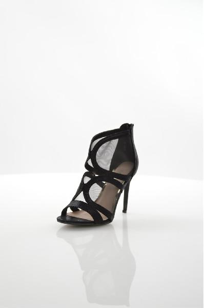 Ботильоны ExquilyЖенская обувь<br>Ботильоны Exquily выполнены из сетчатого материала со вставками из искусственного велюра, стелька из искусственной кожи. <br><br> Материал верха искусственный велюр, текстиль<br> Внутренний материал искусственная кожа<br> Материал стельки искусственная кожа<br> Материал подошвы искусственный материал<br> Высота голенища / задника 9 см<br> Высота каблука 10.5 см<br> Тип каблука Шпилька<br> Застежка на молнии<br> Цвет черный<br> Сезон Лето<br><br> Страна: Польша<br><br>Высота каблука: 10.5 см<br>Высота голенища / задника: 9 см<br>Материал: Искусственный велюр<br>Сезон: ЛЕТО<br>Коллекция: Весна-лето<br>Пол: Женский<br>Возраст: Взрослый<br>Цвет: Черный<br>Размер RU: 38