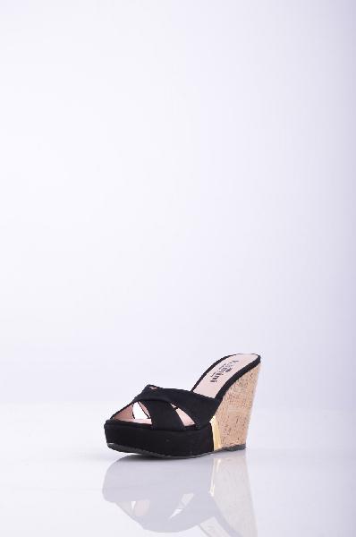 Сабо, KliminiЖенская обувь<br>Стильные сабо с открытым мыском. Модель выполнена из высококачественного материала приятной расцветки. Отличный вариант для повседневного использования. <br> <br> Материал подкладки: натуральная кожа.<br> Материал подкладки - Кожа. Вид застежки - Без застежки. Форма мыска - Классический мысок. Форма каблука - Танкетка. Особенность материала верха - Матовый.<br> Высота каблука: 10.5 см<br> Высота платформы: 2.5 см<br>Страна: Россия<br><br>Высота каблука: 10.5 см<br>Высота платформы: 2.5 см<br>Материал: Замша<br>Сезон: ЛЕТО<br>Коллекция: Весна-лето<br>Пол: Женский<br>Возраст: Взрослый<br>Цвет: Черный<br>Размер RU: 37