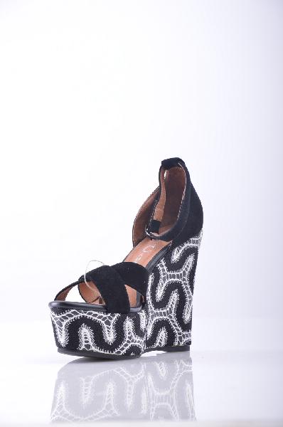 Сандалии JEFFREY CAMPBELLЖенская обувь<br>Текстильное волокно. Без аппликаций, одноцветное изделие, ремешок на щиколотке, скругленный носок, резиновая подошва.<br>Высота каблука: 13 см.<br>Высота платформы: 5 см<br>Страна: США<br><br>Высота каблука: 13 см<br>Высота платформы: 5 см<br>Материал: Натуральная кожа<br>Сезон: ЛЕТО<br>Коллекция: (Справочник &quot;Номенклатура&quot; (Общие)): Весна-лето<br>Пол: Женский<br>Возраст: Взрослый<br>Цвет: Черный<br>Размер RU: 38