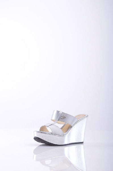 Сабо BLU BYBLOSЖенская обувь<br>Описание: атлас, эффект ламинирования, логотип, одноцветное изделие, скругленный носок, резиновая подошва с тиснением, искусственная кожа. <br> <br> Высота каблука: 10 см <br> <br> Высота платформы: 4 см <br> <br>Страна: Франция<br><br>Высота каблука: 10 см<br>Высота платформы: 4 см<br>Материал: Текстильное волокно<br>Сезон: ЛЕТО<br>Коллекция: Весна-лето<br>Пол: Женский<br>Возраст: Взрослый<br>Цвет: Платиновый<br>Размер RU: 37