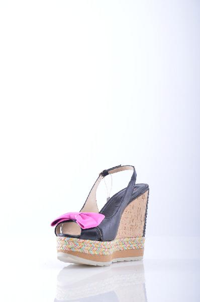 DEL GATTO СандалииЖенская обувь<br>Состав: Наппа, Пробка, Бечевка<br> Детали: бант, двухцветный узор, ремешок на щиколотке, скругленный носок, резиновая подошва, обтянутый каблук.<br> Высота каблука: 12.5 см.<br> Высота платформы: 3.5 см<br> Страна: Италия<br><br>Высота каблука: 12.5 см<br>Высота платформы: 3.5 см<br>Материал: Наппа<br>Сезон: ЛЕТО<br>Коллекция: Весна-лето<br>Пол: Женский<br>Возраст: Взрослый<br>Цвет: Черный<br>Размер RU: 38.5