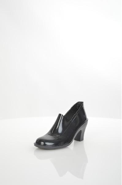 Ботильоны SANDRAЖенская обувь<br>Оригинальные резиновые галоши на каблуке от REIN BY SANDRA. Модель выполнена из глянцевой резины черного цвета. Детали: внутренняя отделка и стелька - текстиль; невысокий устойчивый каблук; рельефная резиновая подошва. <br> <br> Материал верха резина<br> Внутре...<br><br>Высота каблука: 8 см<br>Высота голенища / задника: 6 см<br>Материал: Резина<br>Сезон: ВЕСНА/ОСЕНЬ<br>Коллекция: (Справочник &quot;Номенклатура&quot; (Общие)): Осень-зима<br>Пол: Женский<br>Возраст: Взрослый<br>Цвет: Черный<br>Размер RU: 38